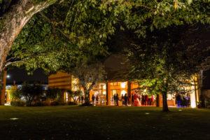 portico-illuminato-giardino-la-corte-del-conte